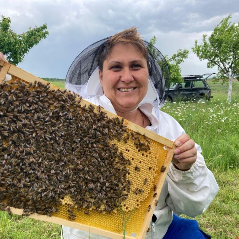Petra Knotzer mit einer Bienenwabe