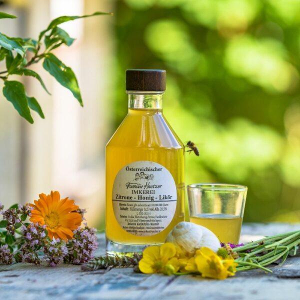 Flasche Zitronen Honig Likör mit einem Glas und einer Biene